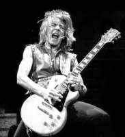 Randall William Rhoads falleció un día como hoy en 1982 en Leesburg, Florida, E.U. Compositor y destacado guitarrista que trab...