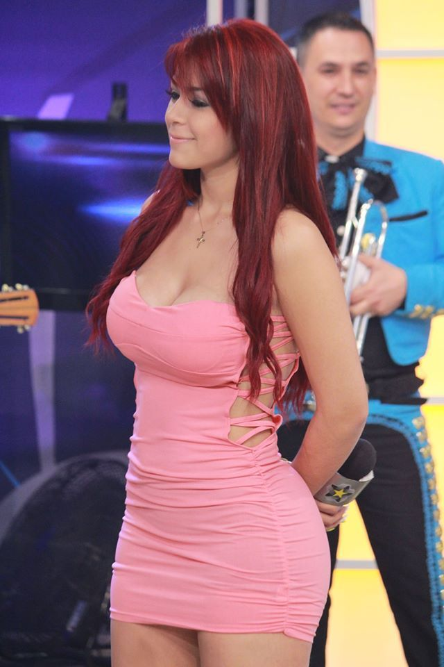 Chica sexy muestra papa - 5 2